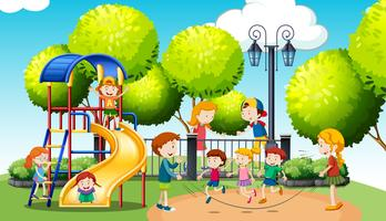 Bambini che giocano nel parco pubblico vettore