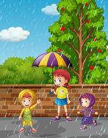 Stagione delle piogge con tre bambini sotto la pioggia vettore