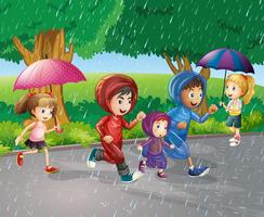 I bambini corrono sotto la pioggia