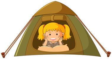 Bambina che si rilassa nella tenda