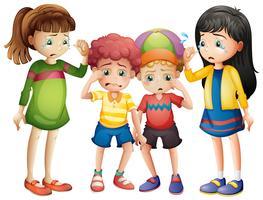 Quattro bambini tristi piangono vettore