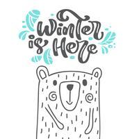 L'inverno è qui calligrafia lettering testo scandinavo. Cartolina d'auguri di natale con l'orso sveglio dell'illustrazione disegnata a mano di vettore. Oggetti isolati