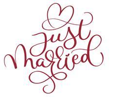 appena sposato testo rosso con cuore su sfondo bianco. Illustrazione disegnata a mano EPS10 di vettore dell'iscrizione di calligrafia