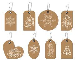 Insieme di etichette di Natale etichette vettoriale con fiocchi di neve, abete, testo Let is snow, holly jolly, buon natale. Elementi di decorazione di festa con doodle disegnano personaggi dei cartoni animati dell'annata