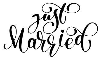 Appena sposato testo vettoriale su sfondo bianco. Illustrazione dell'iscrizione di nozze di calligrafia. Per la presentazione su carta, citazione romantica per biglietti di auguri di design, T-shirt, tazza, inviti per le feste