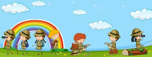 Molti bambini in uniforme dell'esploratore divertendosi nel parco
