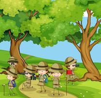 Boyscouts che fa un'escursione nella montagna vettore