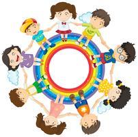 Bambini felici che si tengono per mano intorno al cerchio dell'arcobaleno vettore