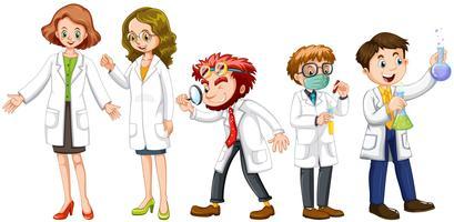 Scienziati maschi e femminili in abito bianco
