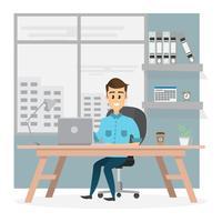 uomo d'affari sorridente è seduto e lavora su un computer portatile nel suo ufficio
