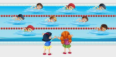I bambini praticano il nuoto in piscina