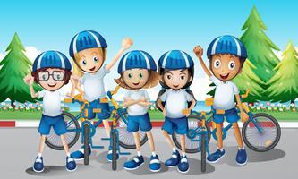 Ciclisti e bici sulla strada vettore