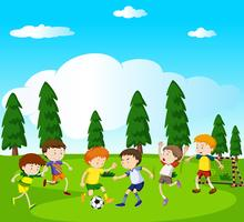 Ragazzi che giocano a calcio nel parco