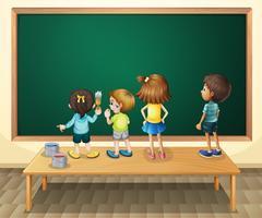 Bambini che dipingono la lavagna nella stanza
