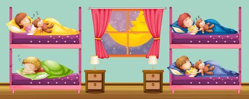Bambini che dormono nel letto a castello