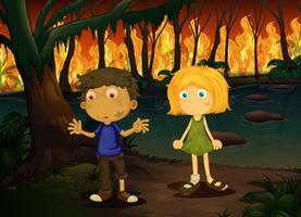 Ragazzo e ragazza nella foresta di incendio violento