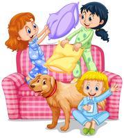 Tre ragazze che giocano a cuscino combattono al pigiama party