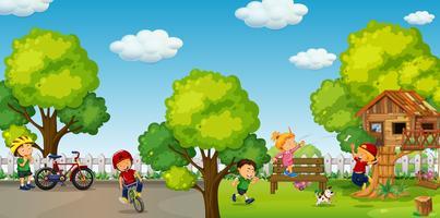 I bambini vanno in bicicletta e giocano nel parco vettore