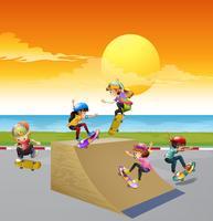 Bambini che giocano a skate sulla rampa vettore