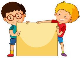 Due ragazzi e modello di carta bianca