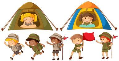 Molti bambini in costume da safari corrono e accampano in tenda