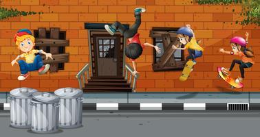 Quattro bambini che giocano a skateboard e ballano nel quartiere