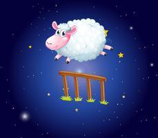 Pecore bianche che saltano sopra la rete fissa alla notte