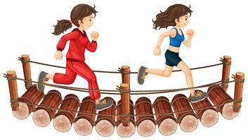 Due ragazze che corrono sul ponte di legno