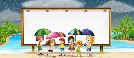 Modello di bordo con i bambini sotto la pioggia
