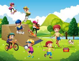 Bambini che giocano diversi sport nel parco vettore