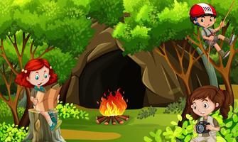 Tre bambini in campeggio nei boschi