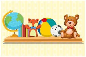 Bambola e palla sullo scaffale in legno