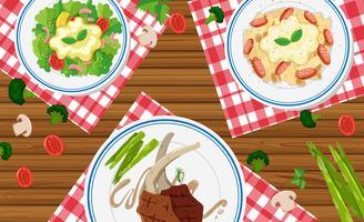 Diversi tipi di cibo sul tavolo di legno