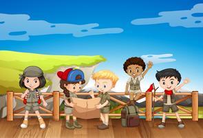 Bambini in attrezzatura da safari leggendo la mappa