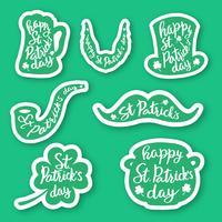 Set di sette emblemi adesivi con scritte: foglia di trifoglio, boccale di birra, baffi, barba, cappello, pipa da fumo, pentola di monete d'oro. vettore