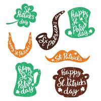 Set di adesivi emblemi con scritte: foglia di trifoglio, boccale di birra, baffi, barba, cappello, pipa da fumo, pentola di monete d'oro. vettore