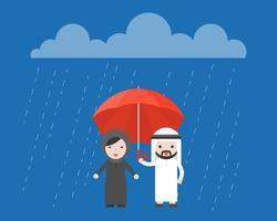 Uomo d'affari arabo che divide un ombrello con la donna araba