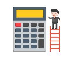 Uomo d'affari che sta nella scala con il grande calcolatore, concetto di situazione aziendale
