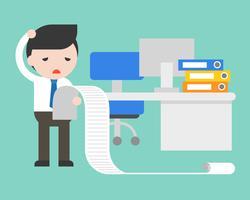 Uomo d'affari sconvolto e stress lettura lungo da fare lista in ufficio