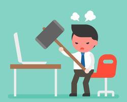 Martello trasportante dell'uomo d'affari arrabbiato per distruggere computer portatile sullo scrittorio