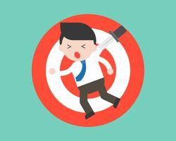 Uomo d'affari che appende sul bersaglio a causa del coltello, situazione di crisi aziendale