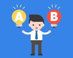 Basamento dell'uomo d'affari fra l'idea della lampadina, concetto di scelta decisionale