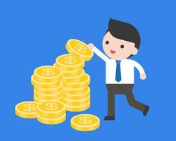 Uomo d'affari scegliere una moneta dal mucchio di monete, o organizzare una moneta d'oro sulla pila di monete vettore