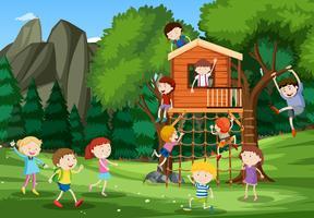 Bambini che giocano nella casa sull'albero vettore