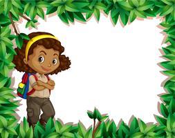 Una ragazza scout sul confine della natura