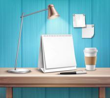 Calendario da tavolo in bianco sullo scrittorio di legno
