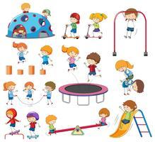 Set di doodle bambini che giocano vettore