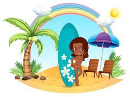 Una ragazza in spiaggia con la sua tavola da surf blu