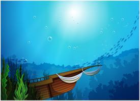 Una barca intrappolata vicino alle alghe vettore