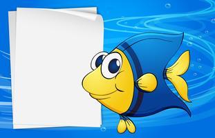 Un pesce accanto a un bondpaper vuoto sotto il mare